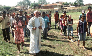 Pater Beda mit dem Landvolk unterwegs