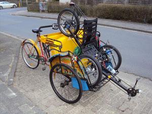 Heiko bringt das Dreirad mit zum Marktplatz, Parkplatzprobleme kennt er nicht!