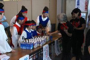 小さな子ども達も給水で大活躍!
