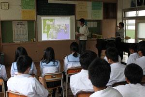現地の様子について講義する大学生