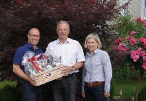 Obmann Gerwald Hierzi (links) übergibt Albert Glettler (Mitte) eine Warenkorb mit Regionalen Kostbarkeiten. Rechts Isabella Braunstein (PL)