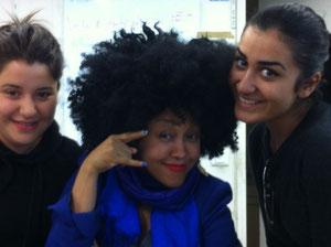 Besuch eines Modeateliers (die Teilnehmerinnen mit der Designerin, Mitte)