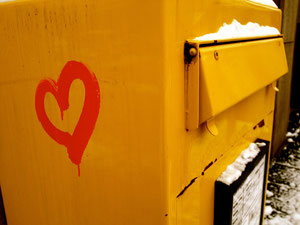 Ein Liebesbriefkasten auf der Mülheimer Straße in Duisburg.