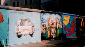 Berliner Mauer, Trabi, WE COME TOGETHER von Birgit Kinder