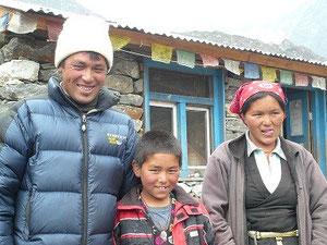 Lhakpa, son fils et son épouse