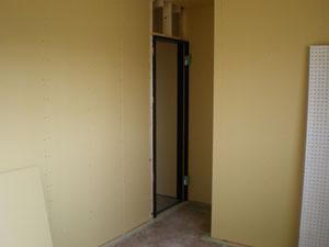 床を貼り終え壁のPB貼中