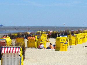 Der Duhner Sandstrand vor der Meeresbrandung und dem Strandpalais Cuxhaven Duhnen