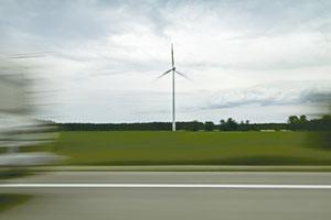 Titel: coming home, abstrakte Landschaft, Autobahn, Wohnwagen, Windrad, grün
