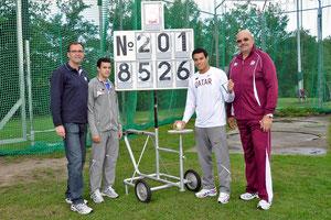 Das Hammerwurf-Team aus Katar weilt schon in Rhede, v.r.: Trainer Alexey, Ashraf Ahmgad el Seify, amtierender U20-Weltmeister im Hammerwurf, sein Bruder Ahmed und Meetingdirektor Jürgen Palm.