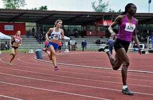 Im Sog der nigerianischen Olympia-Fünften Obogunloko Bukola (52,84 sec) lief Esther Cremer in einem fesselnden Kopf-an-Kopf-Rennen neue deutsche Jahresbestleistung (52,87 sec) über die Stadionrunde.