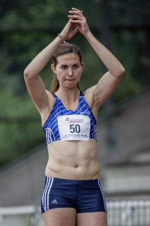 Das Foto von Jan-David Ridder zeigt Klaudia Kaczmarek, die mit der  Unterstützung des Rheder Publikums ihre persönlichen Bestleisungen  (Weitsprung 6,40m / Dreisprung 13,43m) angreifen möchte.