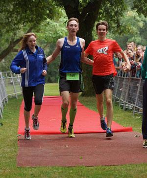 Gemeinsame Freude ist dreifache Freude: Kim-Melina Bomkamp, Stefan Ritte und Jonathan Kolks genießen den spontanen Erfolg sichtlich.
