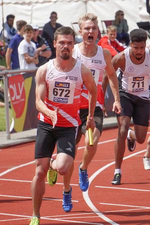 Staffelwechsel von Henry Vißer auf Simon Heweling über 4x100m bei der U23-DM am 16. Juni in Wetzlar. (Foto: Roman Buhl)