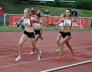 4x100m der weiblichen U16: Jovana Obradovic (Start-Nr. 511) wechselt auf Jane Bölting.