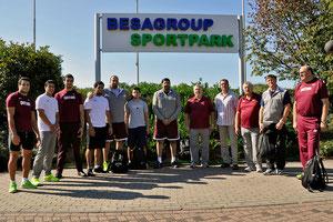 Die Katarer fühlen sich in Rhede sehr wohl und bereiten sich im kommenden Jahr erneut im Besagroup-Sportpark auf ihre Wettkämpfe vor (Trainer Alexey Malyukov (1.v.r.), die Brüder Ahmed (6.v.l.) und Ashraf (1.v.l.) Amgad Elseify