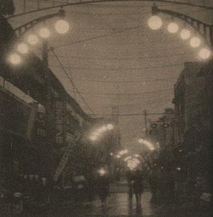昭和10年(1935年)鈴蘭燈が灯る風景。左手遠方に4階建ての一丸デパートが見える(著者所収)