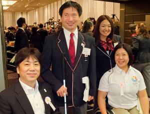 日本代表としてロンドン・パラリンピックに出場するPAJ会長の河合純一(中央左)と執行委員の佐藤真海(中央右)。PAJ理事の根木慎志(左)、大日方邦子(右)