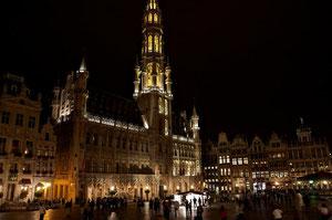 Der Grand Place, die Gute Stube von Brüssel, überraschte mit einem Rathaus aus dem Mittelalter, das sehr stark an das Münchener Rathaus erinnert.