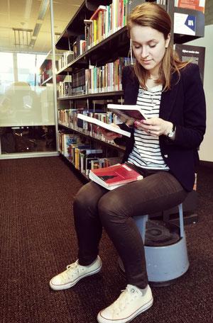 Lysanne kiest boeken.