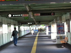 新山口駅在来線通路 突き当りが新幹線との乗換口