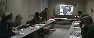 文京区様の「文の京」の「FaceTime」で「ふれあいサロン駒込」の会場の受講者さんと「分林中学のパソコン部」の中学生の交信風景