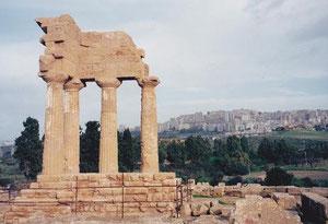 カストルとポルックスの神殿とアグリジェント市街/ Agrigento