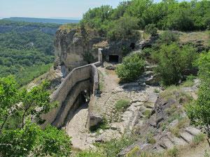 Чуфут-Кале. Вход в город. Вид из пещер на южном склоне