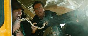 ヴィッカース重機関銃で応戦するシュワ。サービス満点。横にいるのはJACKASSで一発あてた、ジョニー・ノックスヴィル。映画でも、もちろんバカ。