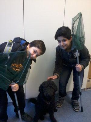 Sajad und Yusuf mit Schulhund Enno