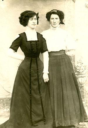 Georgette (à gauche) avec sa sœur Camille