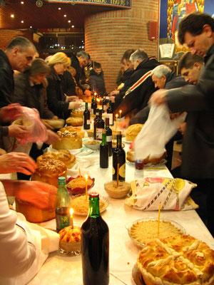 Familles venant à l'église faire bénir leur gâteau et leur zito