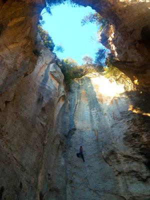 Climber in parete all'interno della Grotta dell'Edera