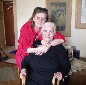 Lukretia Grossi mit Pflegerin