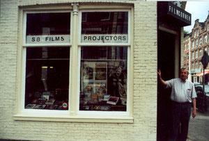 Ton van Kleut vor seinem Laden