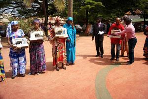 Übergabe der Nähmaschinen and die Frauen in Foumban