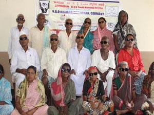 Indische Frauen und Männer nach der Augen-Operation in Chikkabasur im März 2014