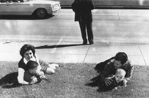 Bill Newman et sa femme Gayle protégeant leurs deux enfants.