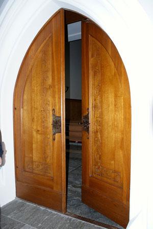 Der Eingang zur Kirche Tamins