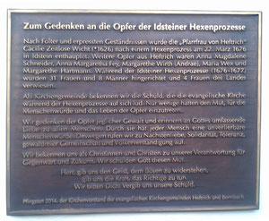 Die Gedenktafel am Pfarrhaus Heftrich