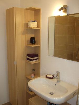 spiegel und lampe im g stebad. Black Bedroom Furniture Sets. Home Design Ideas