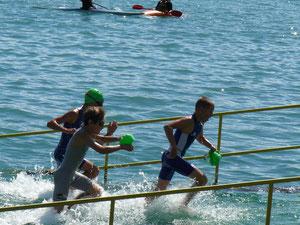 Lucas Klante (links vorne) und Jonas Wachter (rechts) dicht zusammen beim Schwimmausstieg
