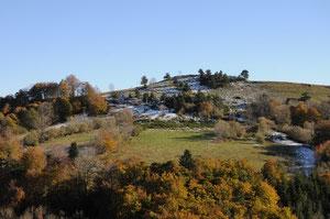 28 octobre 2010: le coteau d'en face avec la première neige de l'année.