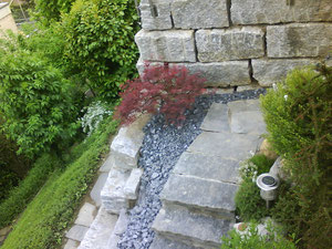 Wir bauen individuelle natursteinmauern und treppen for Gartengestaltung naturnah