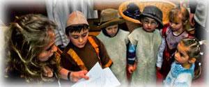 Krippenspiel der Kinder: Die Heilige Familie teilt das Schicksal der Menschen auf der Flucht.