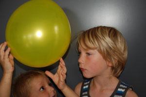 Luftballon zieht Haare an