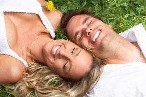 Helle weiße Zähne machen attraktiv. Man wirkt anziehender, jugendlicher und vitaler.