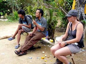 Touristen und Guide beim Rasten