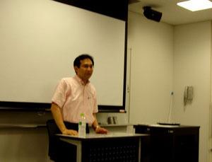 参加者からの質問に笑顔でお答えになる細井先生