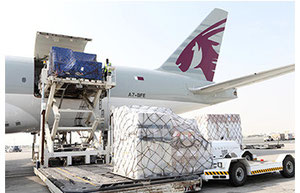 Loading of Boeing 777F  -  Picture QR