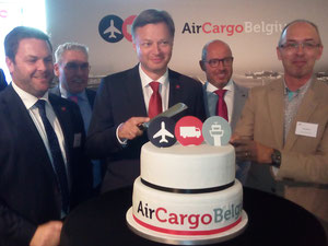Cutting the cake was one of the more pleasant tasks for BRU Airport's CEO Arnaud Feist in reacent times  -  photos: ms
